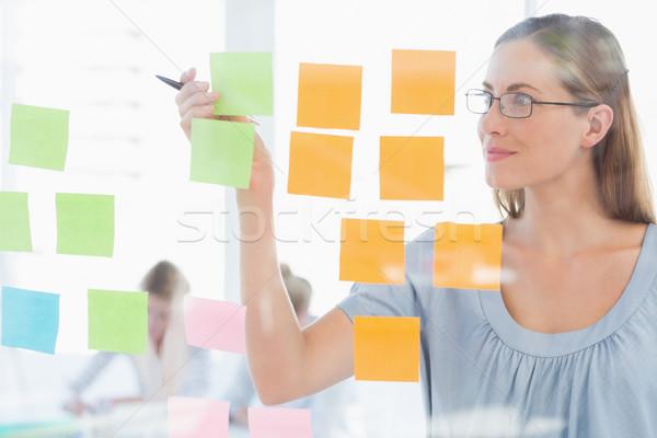 Concentrado artista olhando colorido notas feminino Foto stock © wavebreak_media