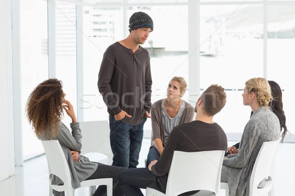 Reabilitação grupo escuta homem em pé para cima Foto stock © wavebreak_media