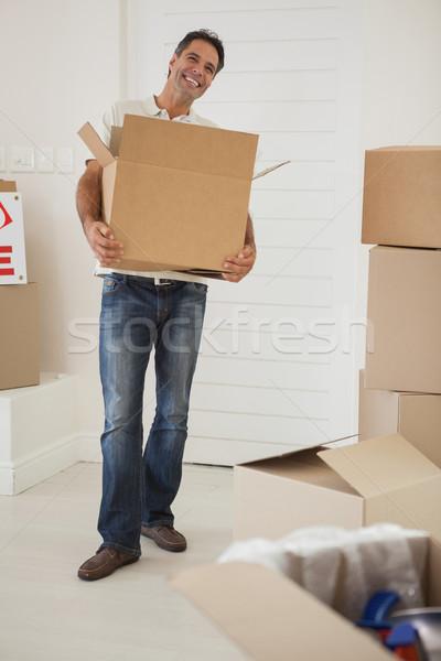 Mosolyog férfi hordoz dobozok új ház teljes alakos Stock fotó © wavebreak_media