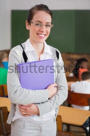 Foto stock: Bastante · professor · sorridente · câmera · de · volta · sala · de · aula