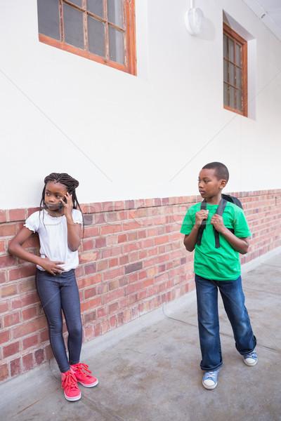 Cute mówić smartphone korytarzu szkoła podstawowa szkoły Zdjęcia stock © wavebreak_media