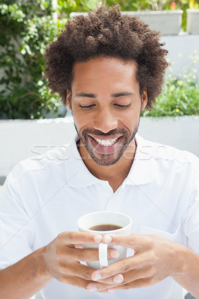 Glimlachend man koffie buiten coffeeshop water Stockfoto © wavebreak_media