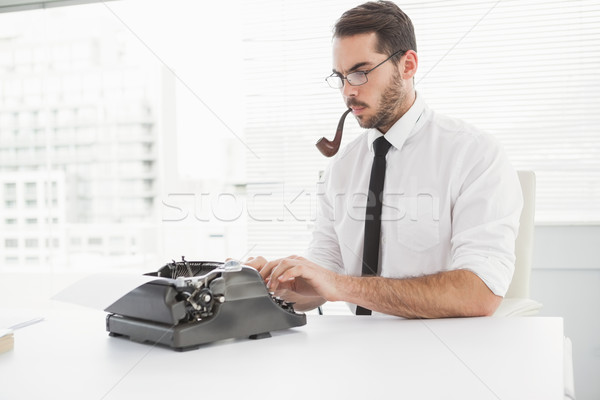 Hipszter üzletember írógép dohányzás cső iroda Stock fotó © wavebreak_media
