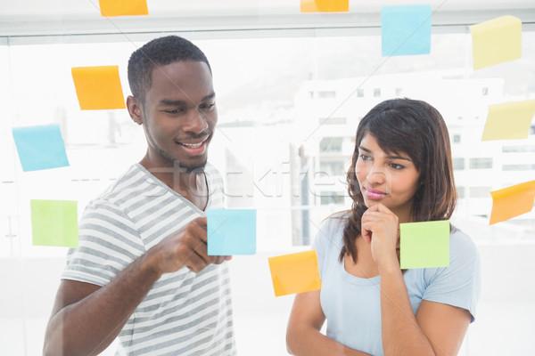 笑みを浮かべて 同僚 読む 付箋 オフィス 男 ストックフォト © wavebreak_media
