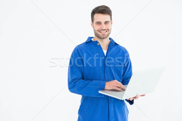 Feliz jovem masculino mecânico usando laptop retrato Foto stock © wavebreak_media
