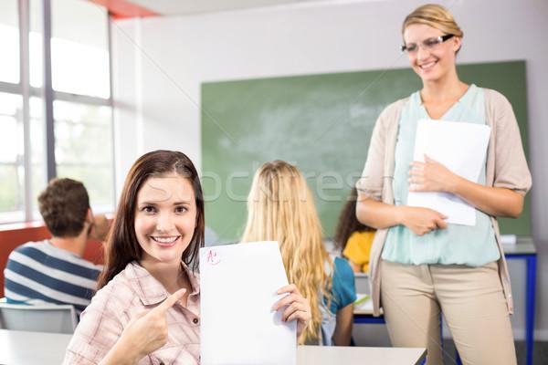 Mooie vrouwelijke student wijzend papier portret Stockfoto © wavebreak_media