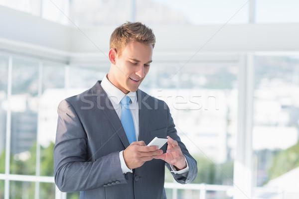 üzletember sms chat okostelefon iroda férfi boldog Stock fotó © wavebreak_media