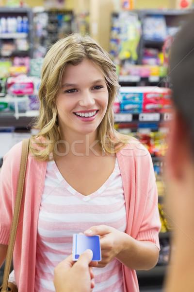 Mosolygó nő pénztárgép fizet hitelkártya áruház üzlet Stock fotó © wavebreak_media
