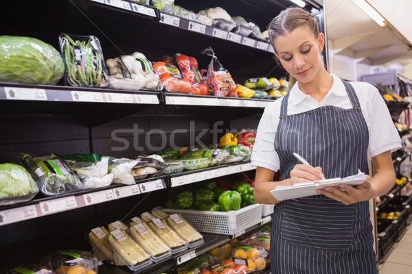 Mooie blonde vrouw nota gangpad supermarkt Stockfoto © wavebreak_media