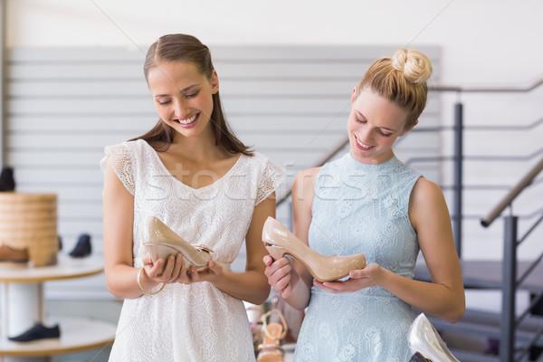 Twee gelukkig vrouwen hiel schoenen Stockfoto © wavebreak_media