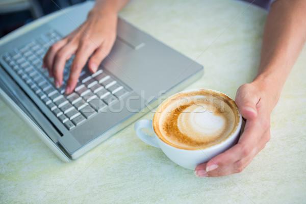 Vrouw genieten met behulp van laptop cafe business Stockfoto © wavebreak_media