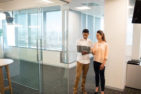 деловая женщина мужчины коллега используя ноутбук служба современных Сток-фото © wavebreak_media