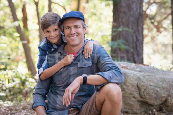 Sorridente filho pai caminhadas floresta retrato árvore Foto stock © wavebreak_media