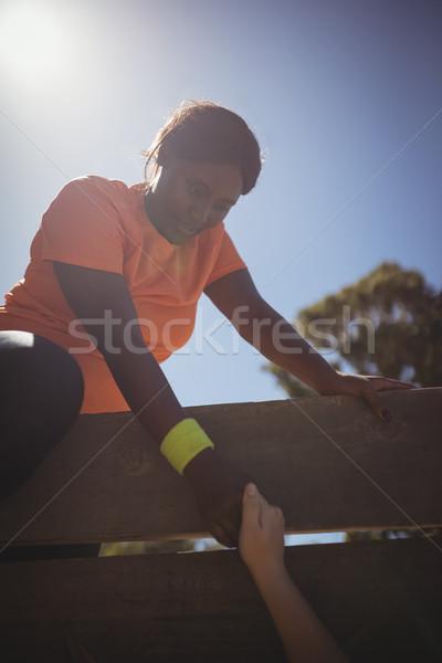 Vrouw houten muur klimmen Stockfoto © wavebreak_media