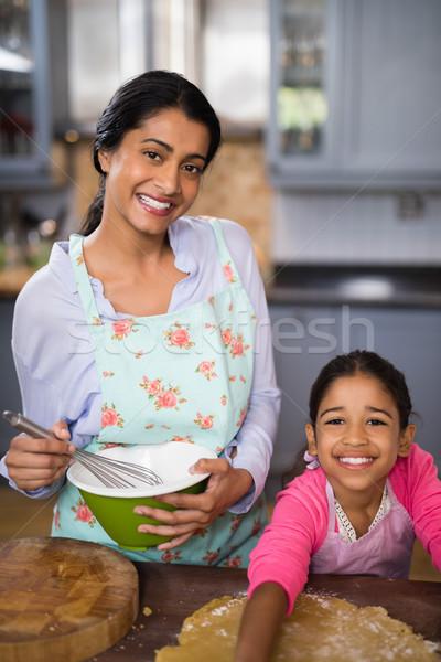 Portrait souriant fille mère maison Photo stock © wavebreak_media