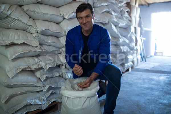 Retrato sorridente trabalhador cevada armazém Foto stock © wavebreak_media