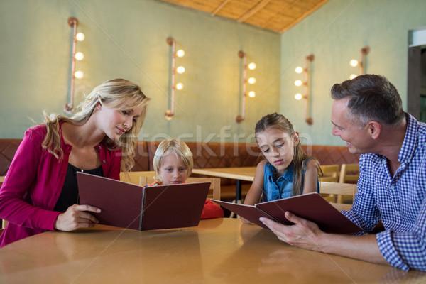 家族 読む メニュー レストラン 座って 表 ストックフォト © wavebreak_media
