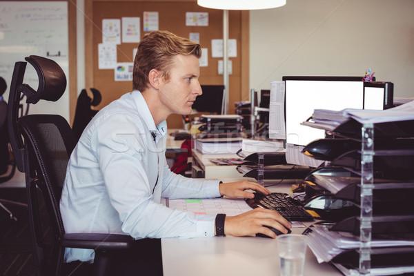 Widok z boku biznesmen pracy komputera biurko biuro Zdjęcia stock © wavebreak_media