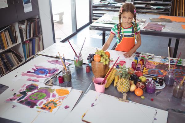 Geconcentreerde meisje schilderij bureau Stockfoto © wavebreak_media