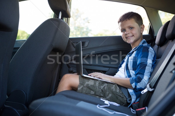 Met behulp van laptop Maakt een reservekopie zitting auto portret Stockfoto © wavebreak_media