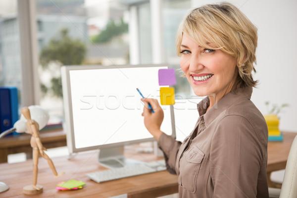 Mosolyog lezser designer mutat képernyő portré Stock fotó © wavebreak_media