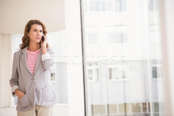 Lezser üzletasszony telefonbeszélgetés iroda nő telefon Stock fotó © wavebreak_media