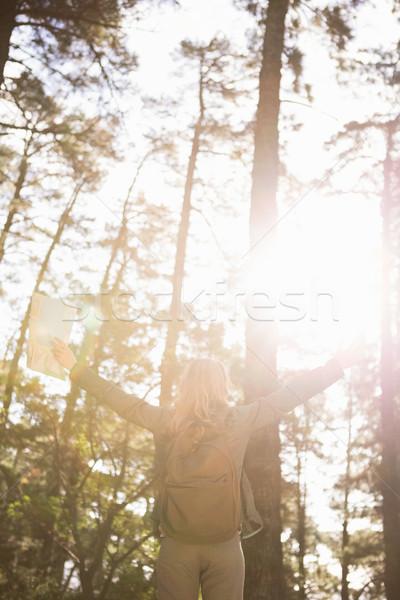 беззаботный блондинка турист оружия женщину лес Сток-фото © wavebreak_media