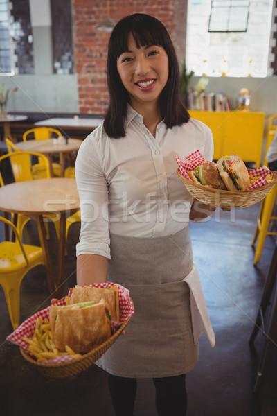 Portré pincérnő tart szendvicsek fiatal kávézó Stock fotó © wavebreak_media