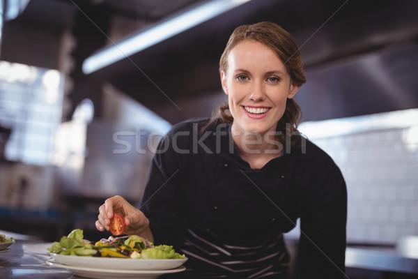Portre gülen güzel genç garson salata Stok fotoğraf © wavebreak_media