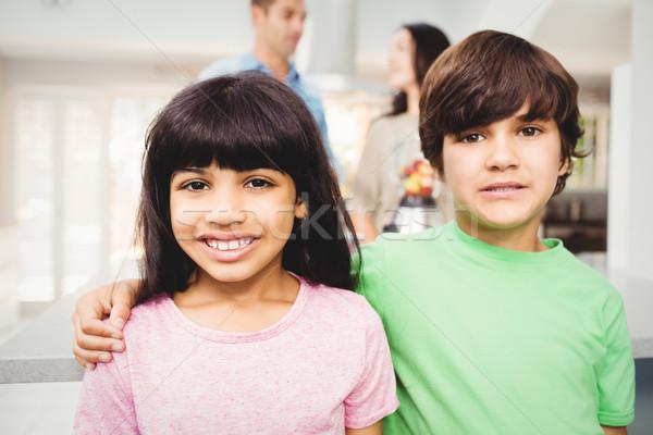 Portré mosolyog testvérek áll asztal szülők Stock fotó © wavebreak_media