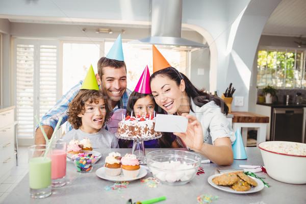 Aile gülen doğum günü kutlama ev Stok fotoğraf © wavebreak_media