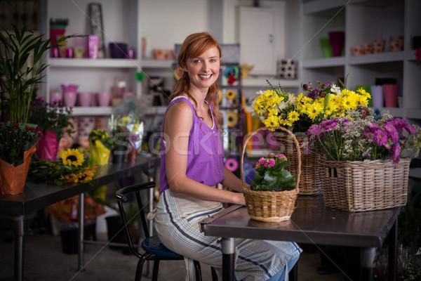 Femminile fiorista seduta basket fiori shop Foto d'archivio © wavebreak_media