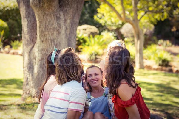 Grupy znajomych kobieta Zdjęcia stock © wavebreak_media