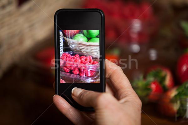 Kéz nő elvesz fotó gyümölcsök piac Stock fotó © wavebreak_media