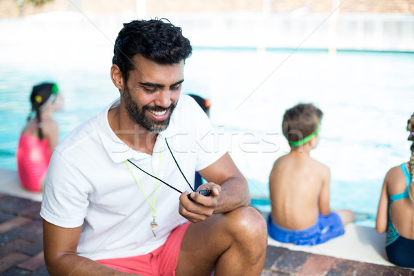 Masculina instructor viendo cronógrafo ninos agua Foto stock © wavebreak_media