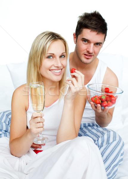 Paar vieren engagement aardbeien champagne bed Stockfoto © wavebreak_media