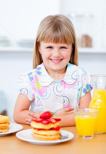 Blijde meisje eten aardbeien keuken meisje Stockfoto © wavebreak_media