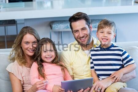 Foto stock: Pai · ajuda · crianças · lição · de · casa · homem · trabalhar