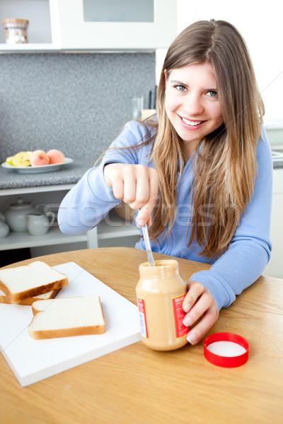 Positivo donna colazione mangiare burro di arachidi alimentare Foto d'archivio © wavebreak_media