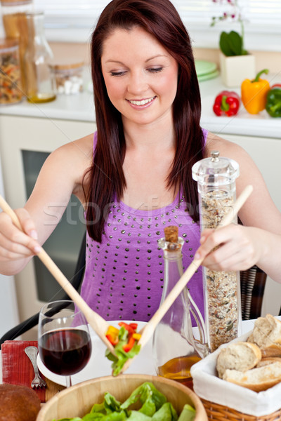 Positif femme repas maison cuisine Photo stock © wavebreak_media