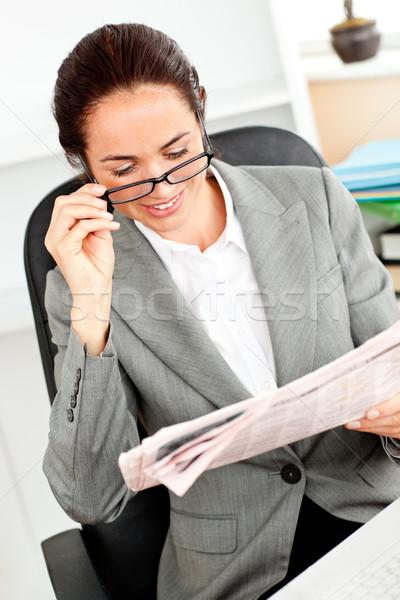 Zachwycony młodych kobieta interesu okulary czytania Zdjęcia stock © wavebreak_media