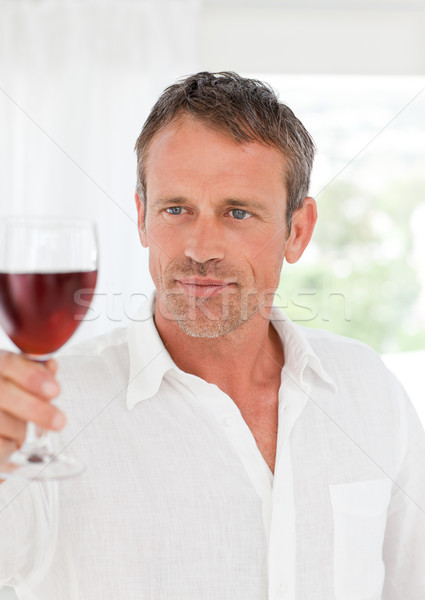 Homem copo de vinho cozinha casa relaxar sofá Foto stock © wavebreak_media