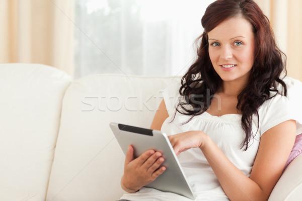 Vrouw tablet naar camera woonkamer internet Stockfoto © wavebreak_media