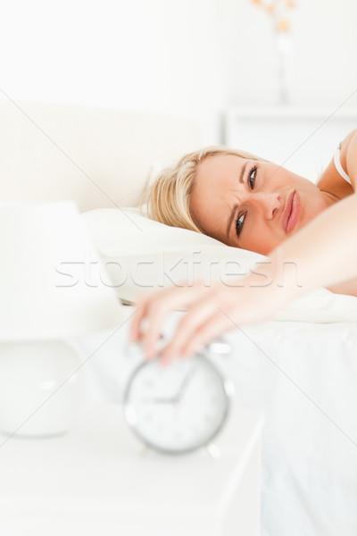 Ritratto sconvolto donna bionda up camera da letto mani Foto d'archivio © wavebreak_media
