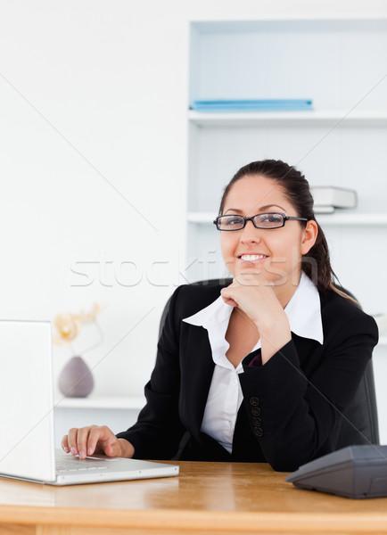Stok fotoğraf: Genç · işkadını · gözlük · oturma · işyeri · ofis