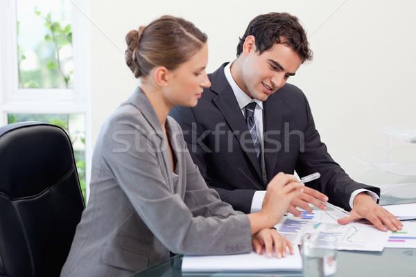 улыбаясь бизнес-команды изучения статистика конференц-зал служба Сток-фото © wavebreak_media