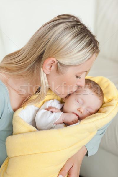 Affectueux jeunes mère baiser front famille Photo stock © wavebreak_media