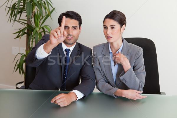 Fiatal üzletemberek tárgyal tárgyalóterem megbeszélés üzletember Stock fotó © wavebreak_media