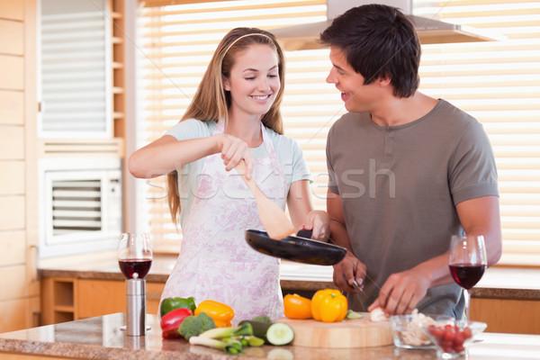 Stok fotoğraf: çift · pişirme · akşam · yemeği · mutfak · ev · gıda