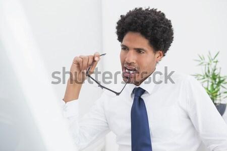 Tanácstalan férfi mobiltelefon fehér kéz mosoly Stock fotó © wavebreak_media
